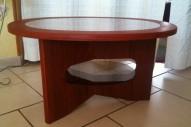 table basse en «padouk» avec plateau vitré