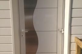 porte d'entrée en aluminum blanc et motif en aluminium brossé
