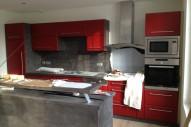 cuisine rouge et beton foncé
