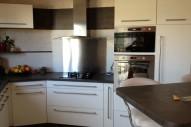 cuisine beton foncé et blanc